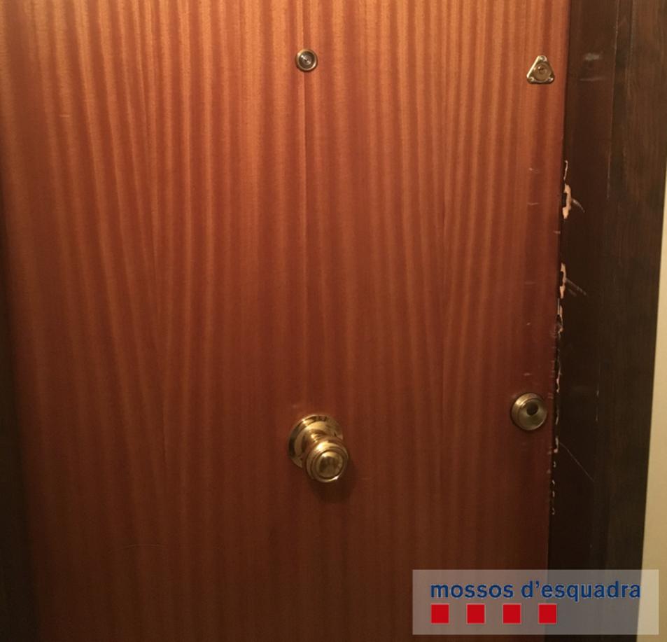 Imatge de la porta que va intentar ser forçada pels lladres.