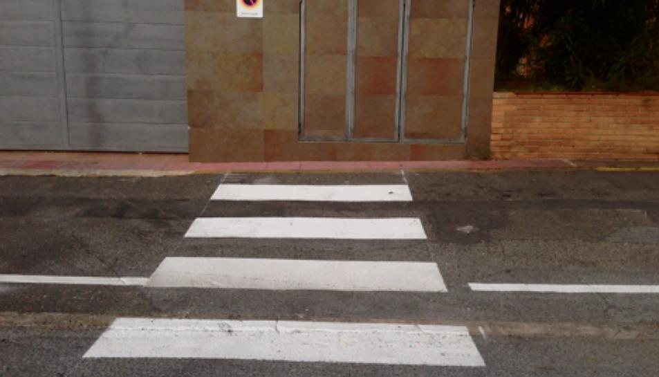 Els veïns del passatge diuen que aquest pas de vianants pintat a terra no condueix a cap lloc.
