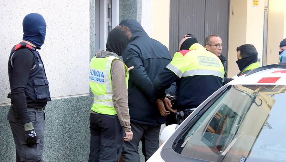 Imatge d'un dels detinguts en l'operatiu contra el tràfic de drogues al número 17 del carrer Múrcia de Sant Pere de Ribes