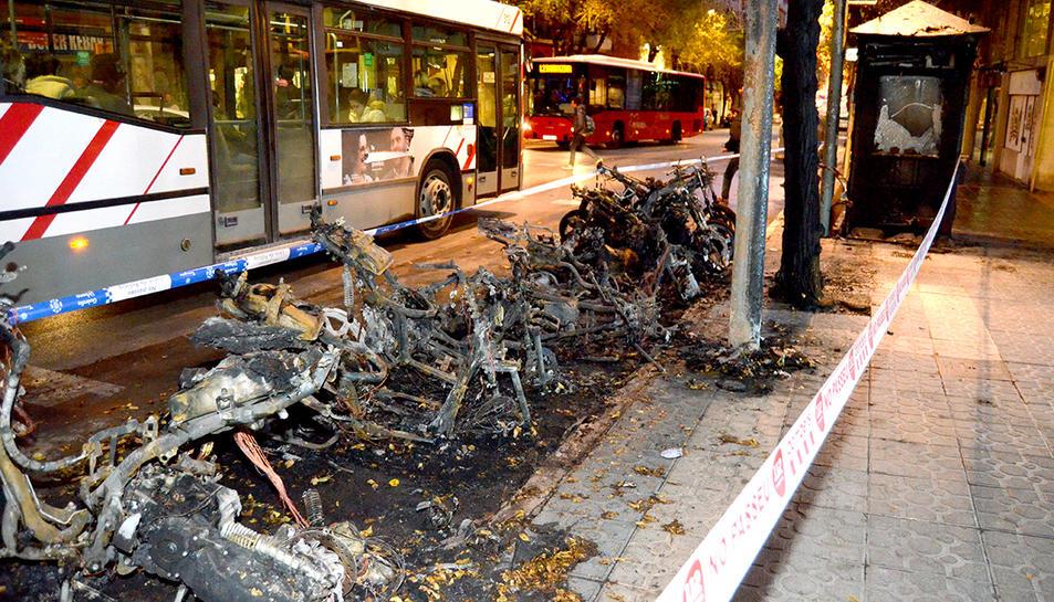 El foc ha afectat a 11 motos, que han quedat completament calcinades.