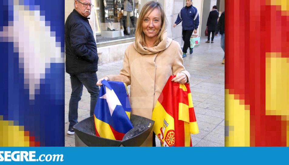 Imatge del fotògraf Òscar Mirón publicada al diari Segre on es pot veure la candidata del PPC per Lleida, Marisa Xandri, llençant una estelada a les escombraries.