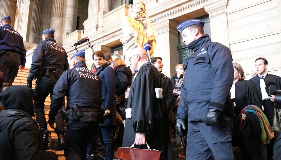 L'advocat Paul Bekaert abans de la compareixença davant la premsa després de la vista de Carles Puigdemont i dels consellers cessats el 4 de desembre.