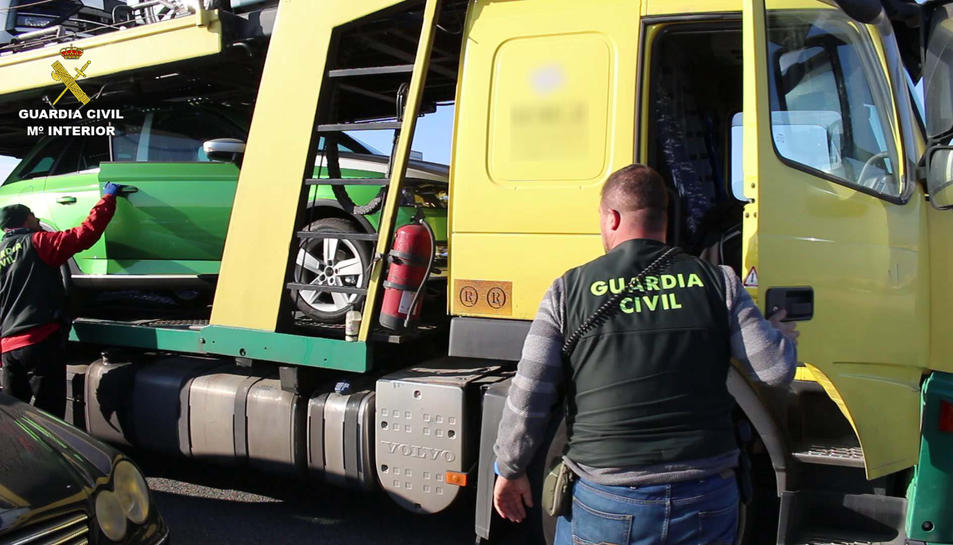 Agents de la Guàrdia Civil inspeccionant un camió al port de Tarragona.