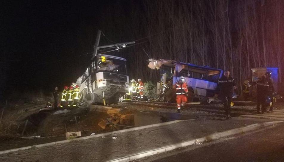 Imatge de l'autobús escolar que ha xocat contra un tren a Millars, a la Catalunya Nord, provocant almenys 4 morts i 24 ferits greus,