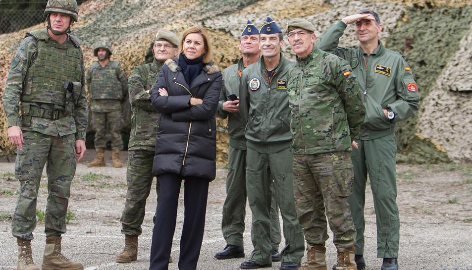La ministra de Defensa, María Dolores de Cospedal, visitant l'artilleria antiaèria, acompanyada de comandaments militars, durant l'operació 'Eagle Eye' a l'Aeroport de Reus.