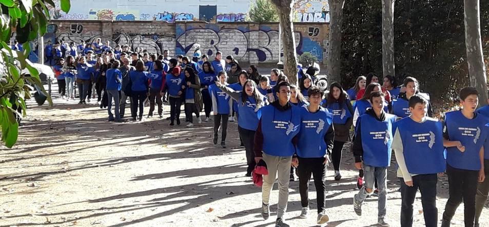 Imatge de l'alumnat de l'Institut Baix Camp durant la caminada solidària.