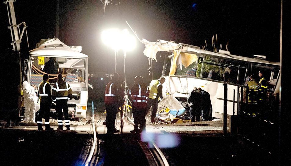 Imatge de l'autobús escolar que va patir l'impacte d'untren.