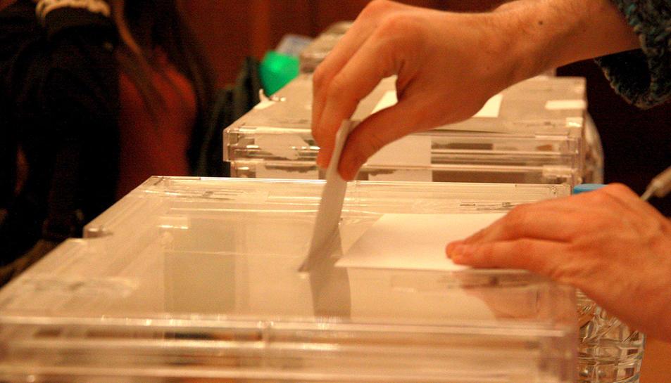 Un elector dipositant el seu vot a l'urna