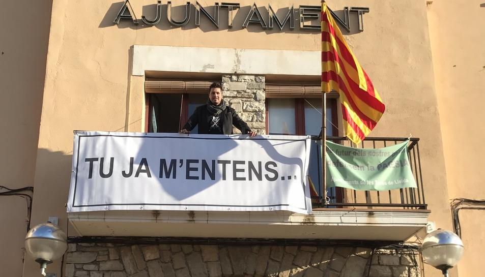 L'alcalde, Eduard Piera, al balcó de l'Ajuntament amb la nova pancarta.