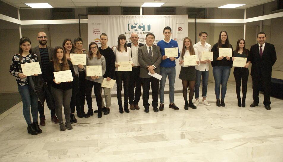 Imatge dels premiatsa mb els representants d eles institucions.