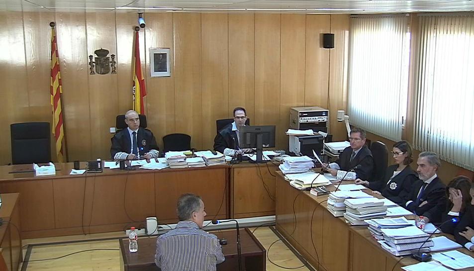Ramon Franch, d'esquena, durant la seva declaració en el judici celebrat a la'Audiència