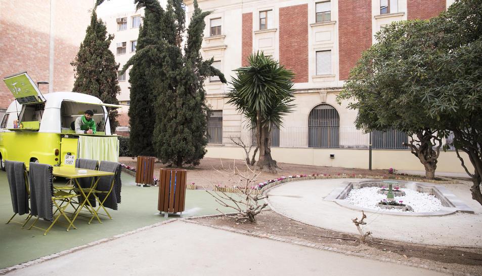 Los jardines del banc d 39 espanya abiertos con un modelo for Los jardines esquelas