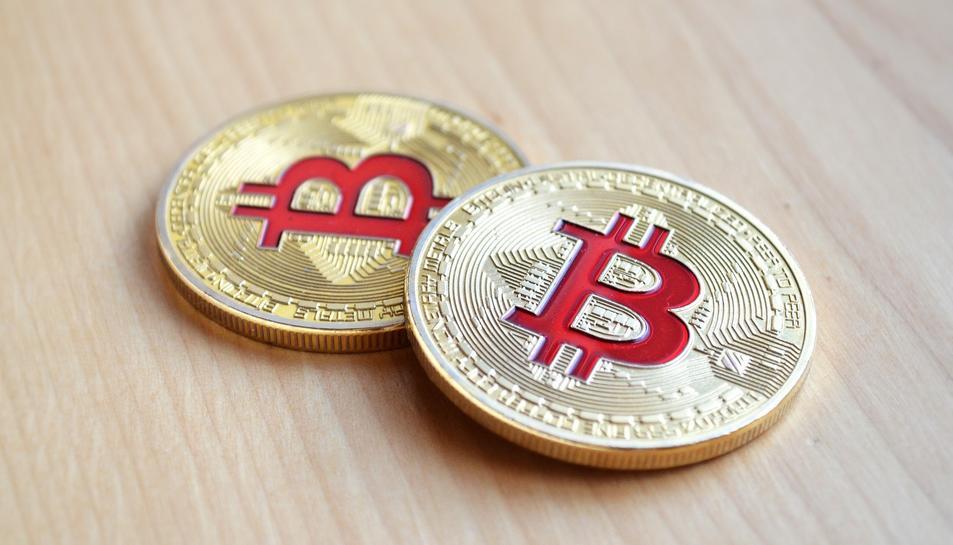 El Bitcoin és una criptomoneda descentralitzada que no està recolzada per cap govern ni banc central.