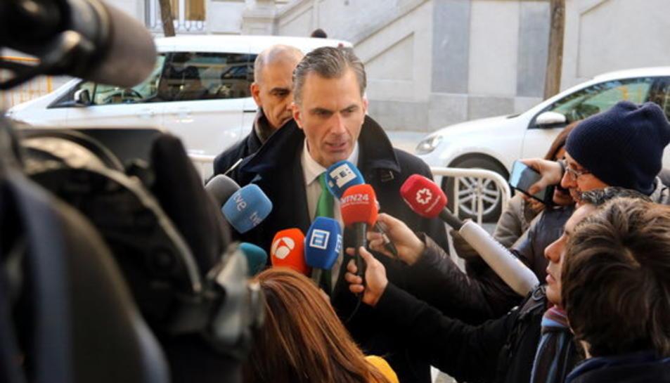 L'advocat de VOX, Javier Ortega, atenent als mitjans a les portes del Suprem, el 4 de desembre de 2017.