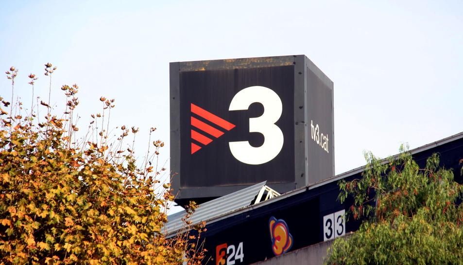Logotip de TV3 situat al sostre dels estudis de TVC.