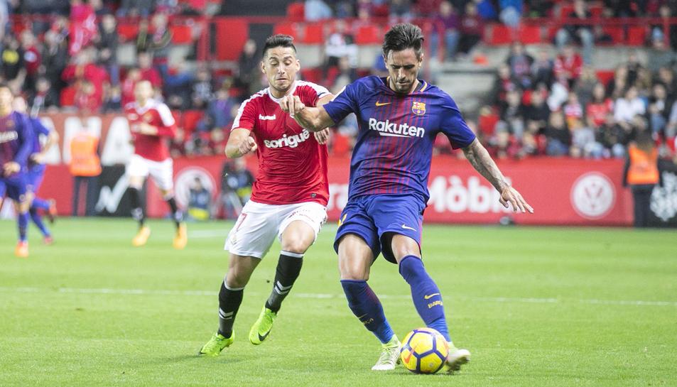 Juan Delgado, en la imatge jugant contra el Barça B, podria ser un dels futbolistes que abandonaran el Nàstic en el mercat d'hivern.