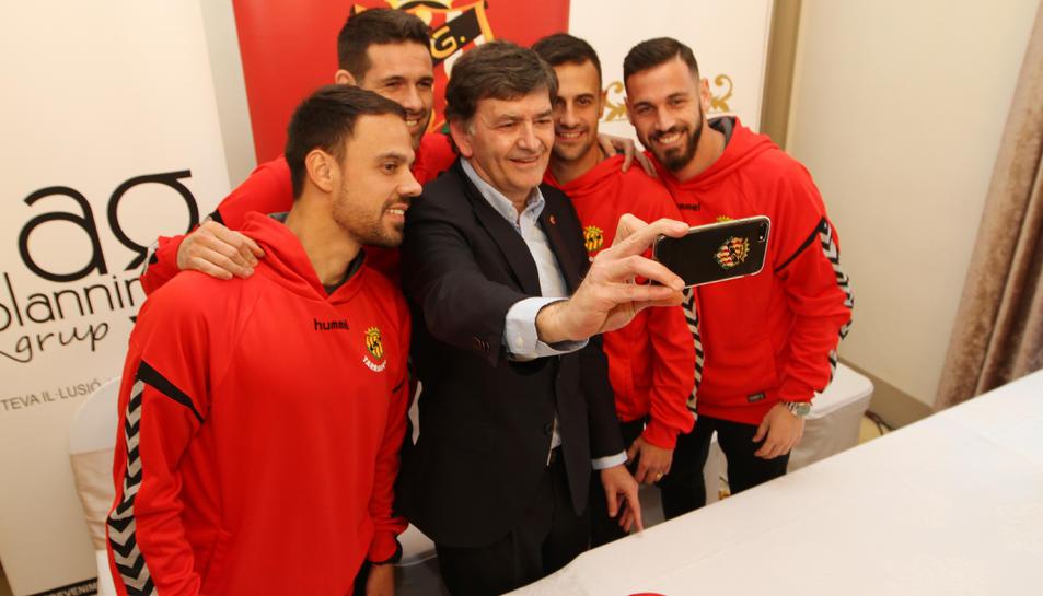 El president del Nàstic, Josep Maria Andreu, amb els quatre fitxatges a Casa Miret.