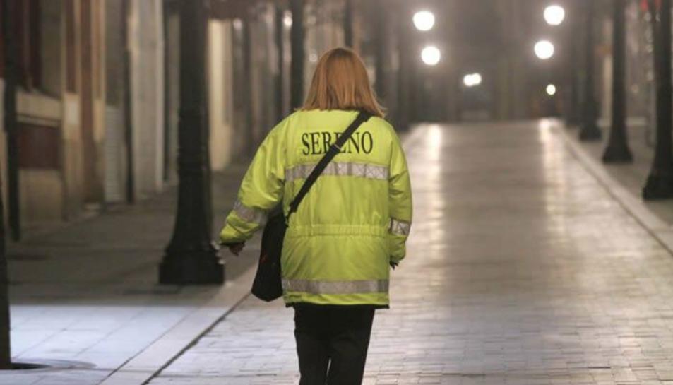 Una treballadora de Serenos de Gijón fa la seva ruta per un dels carrers de la ciutat asturiana.