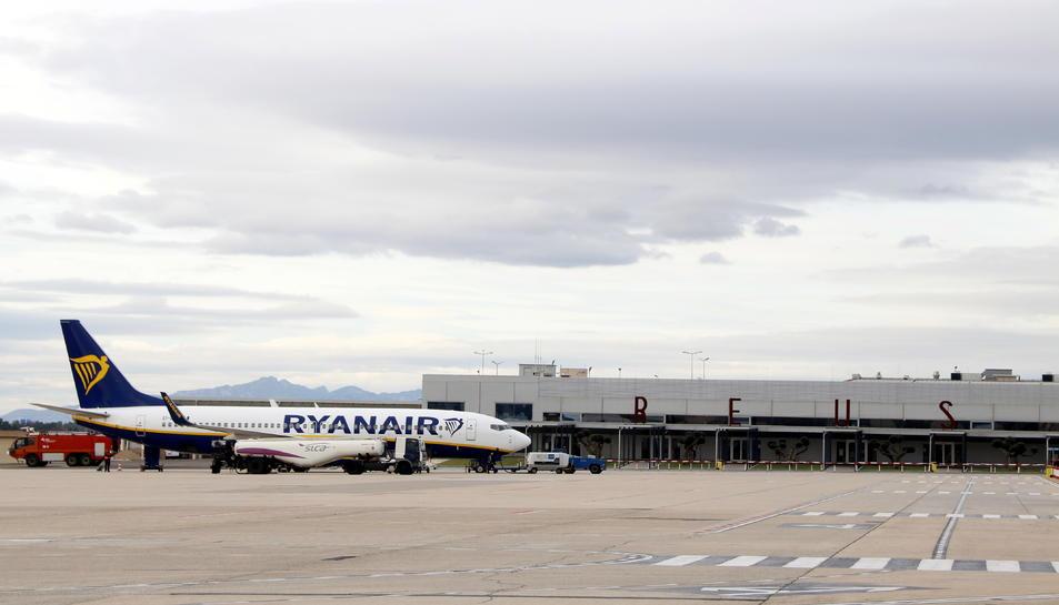 Imatge d'un avió de Ryanair al costat de la terminal de l'Aeroport de Reus.