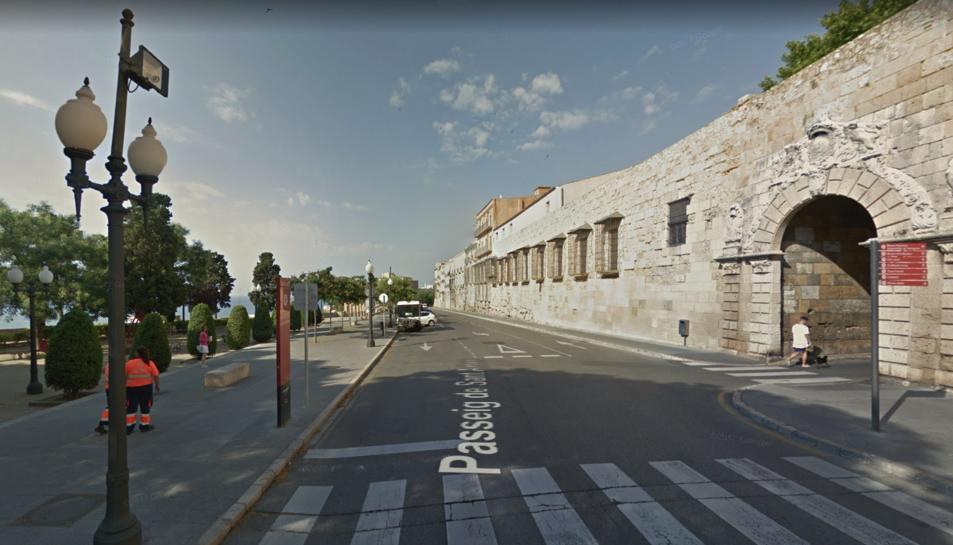 La Guàrdia Urbana vigila contínuament la zona del passeig de Sant Antoni per impedir que es consumeixi alcohol al carrer.