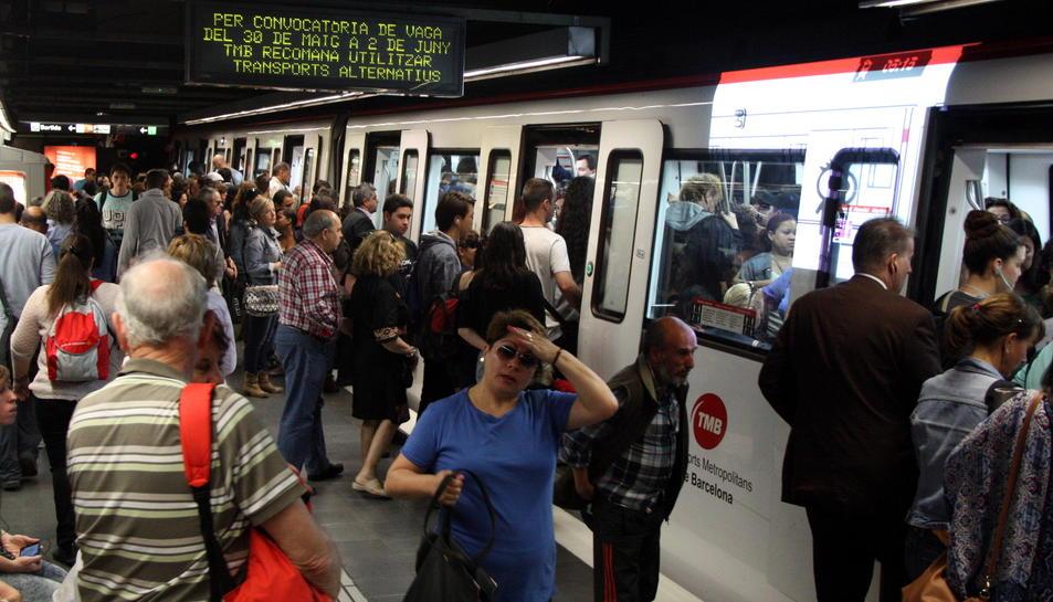 Imatge d'arxiu de l'andana de la línia 5 del metro de Barcelona a l'estació de Sants.