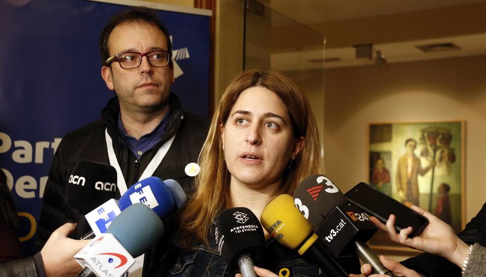 Imatge de la coordinadora del PDeCAT, Marta Pascal, atenent els mitjans de comunicació.
