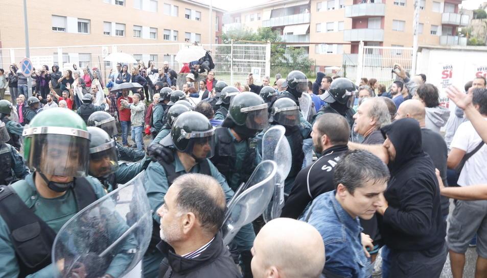 Imatges de confrontacions entre la Guàrdia Civil i gent durant la jornada del referèndum de l'1-O.
