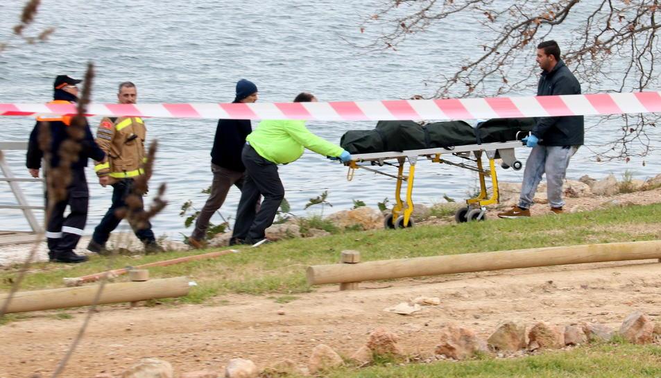 Els serveis funeraris s'emporten el cadàver trobat a l'embarcador del riu Ebre a Amposta