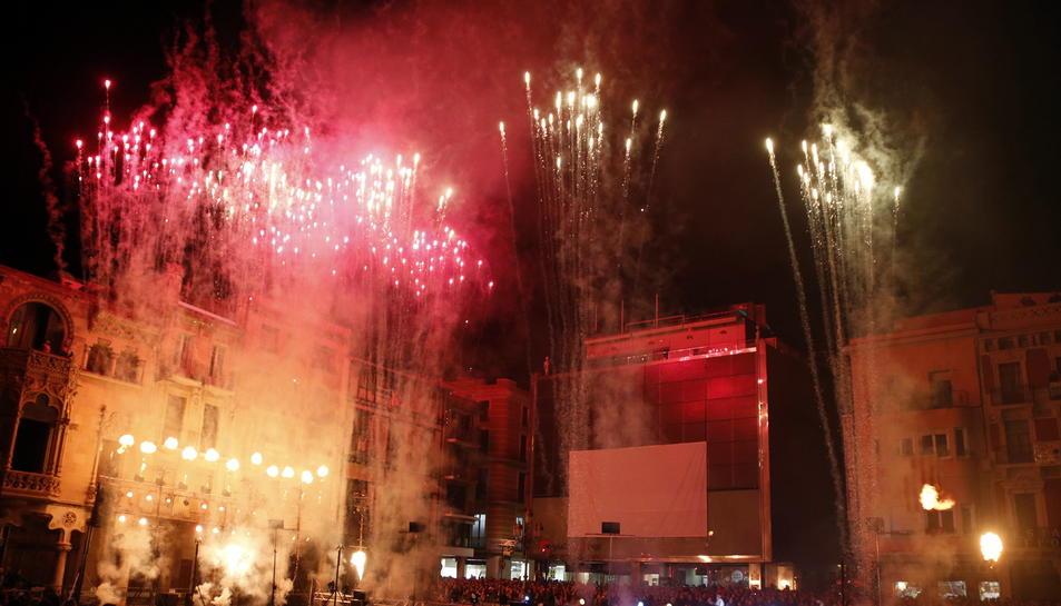 Espectacle pirotècnic a la plaça del Mercadal de Reus per cloure la Capital de la Cultura Catalana 2017