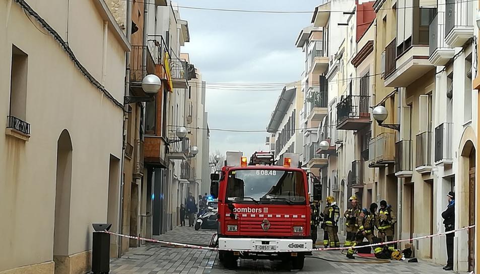 Imatge d'una dotació dels bombers al lloc dels fets