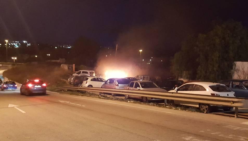 Imatge de l'incendi al pàrquing de la Carretera del Cementiri
