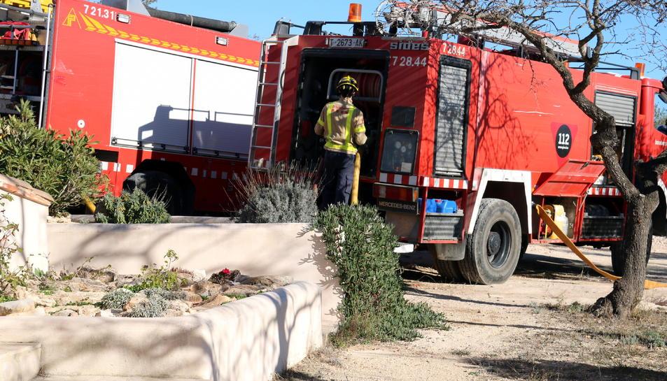 Alguns dels camions de bombers que han participat en l'extinció de del foc a la zona de Barraques, a Campredó, a Tortosa, al costat d'una masia propera a la zona. Imatge del 17 de gener de 2018 (horitzontal)