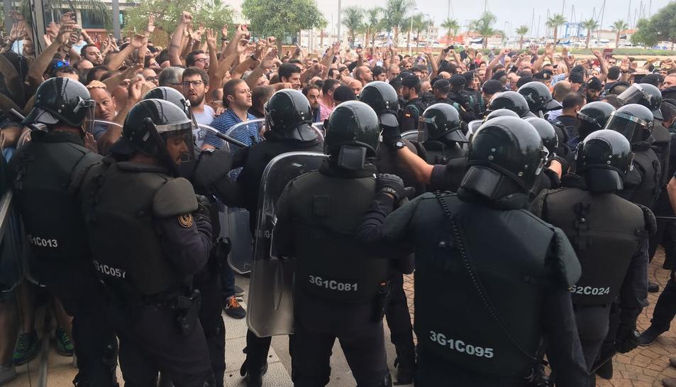Desenes de Guàrdies Civils a les portes del pavelló firal de la Ràpita.