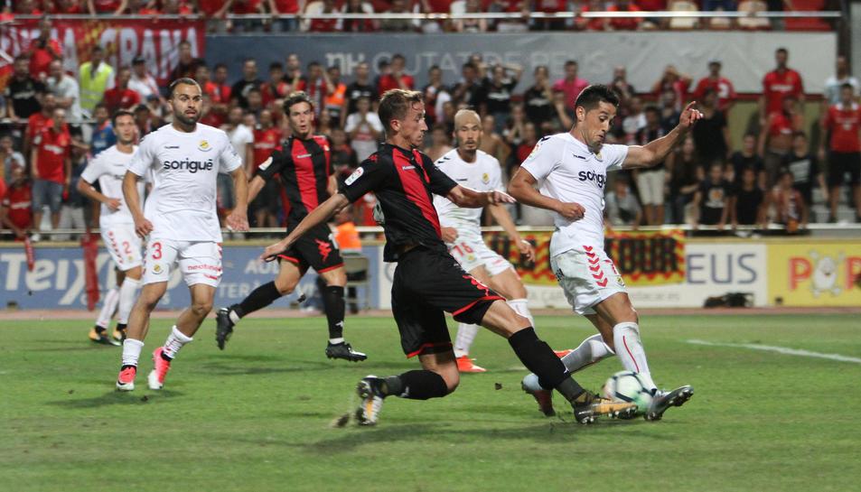 Juan Cámara, del CF Reus, condueix una esfèrica en el partit d'anada,