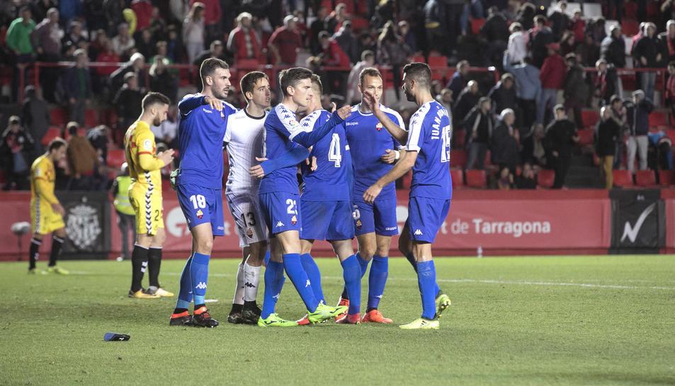 Els jugadors del CF Reus celebren la victòria aconseguida en el derbi disputat al Nou Estadi.