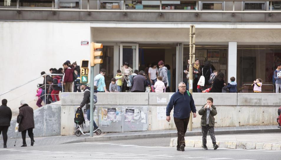 Sortida dels alumnes de l'Escola Saavedra, ahir a la tarda.