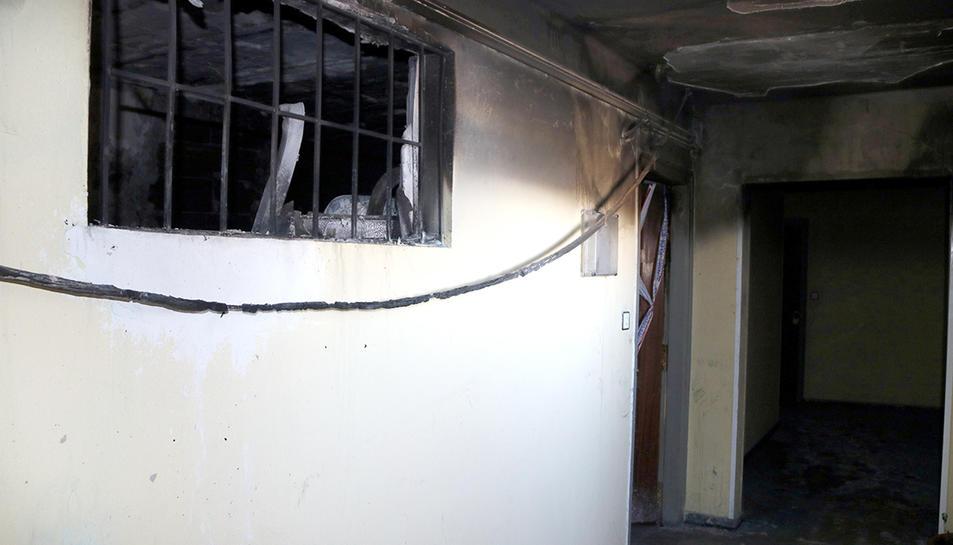 Detall de la finestra que dóna a l'interior del pis afectat per l'incendi a Reus.