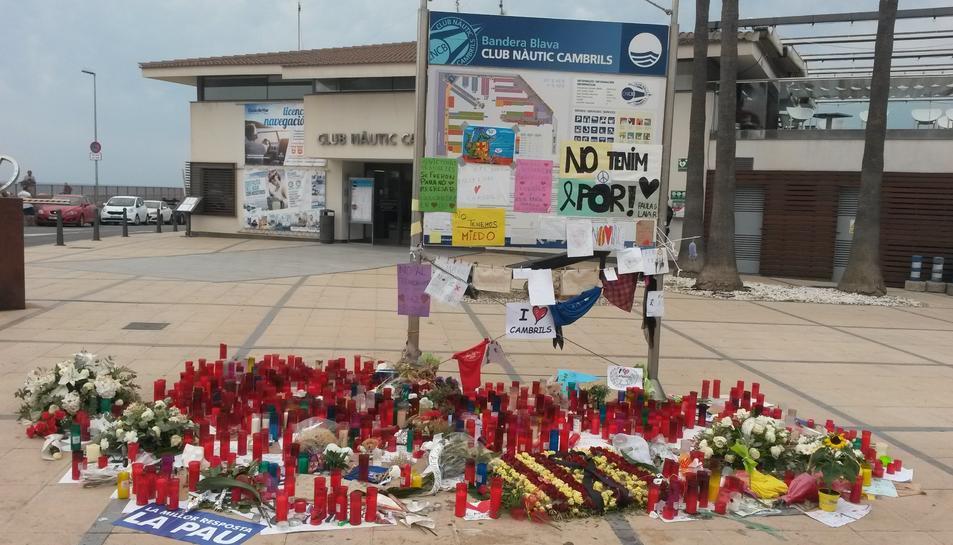 Memorial que es va formar de manera espontània davant el Club Nàutic de Cambrils.