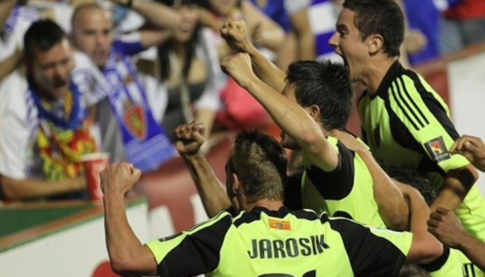 Els jugadors del Zaragoza celebren un gol durant el polèmic partit.