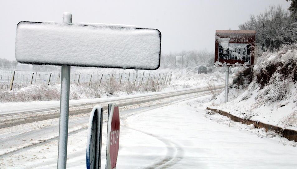 Senyals coberts de neu a l'entrada d'Horta de Sant Joan. Imatge del 6 de febrer de 2018 (horitzontal)