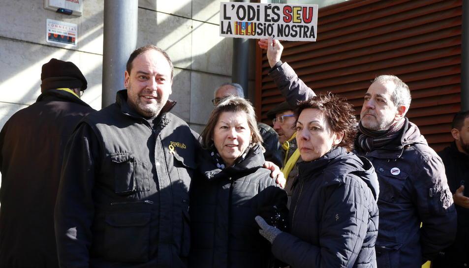 Pla mig del mecànic Jordi Perelló (esquerra) rebent el suport dels seus familiars després de declarar als jutjats de Reus per un presumpte delicte d'odi. Imatge del 7 de febrer del 2018