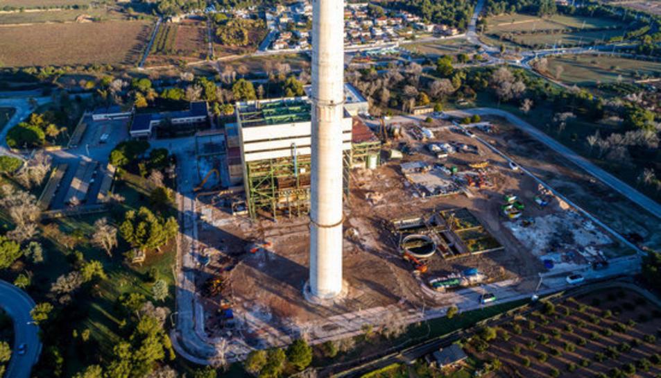 Pla general zenital del recinte de la central tèrmica de Foix de Cubelles en ple procés de desmantellament.