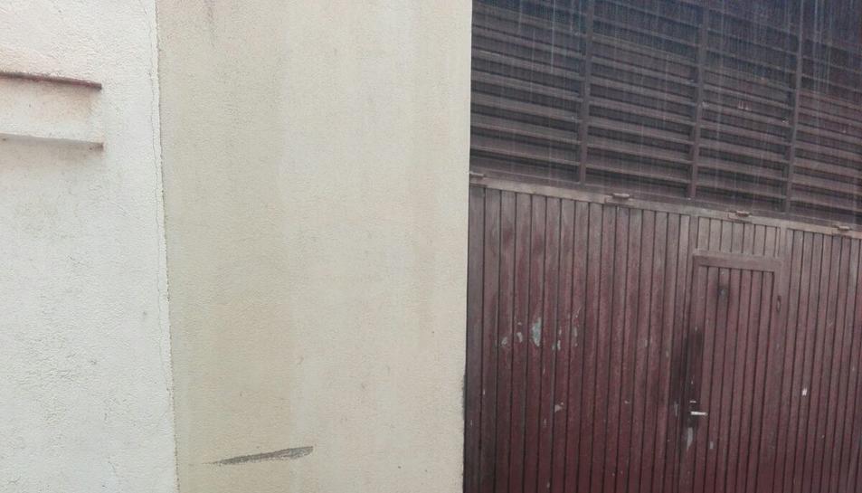 Imatge d'un carrer de Ferran ple de calamarsa.