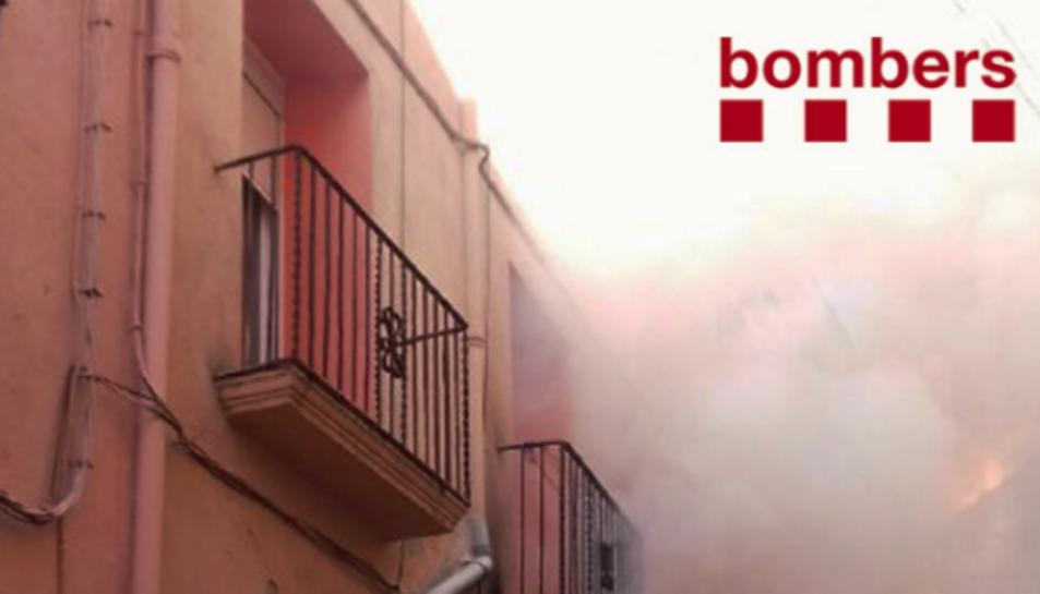 Vuit dotacions dels Bombers han treballat en l'extinció de l'incendi d'una casa a Vallmoll.