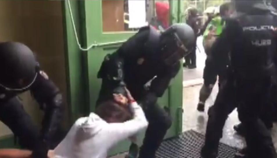 Imatge d'un dels vídeos de l'actuació policial a l'institut Pau Claris.