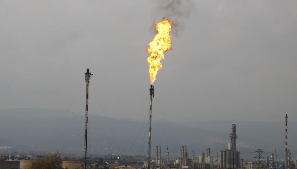 Pla obert d'una de les torxes de seguretat del complex industrial de Repsol a Tarragona, activada amb flama i fum visibles arran d'una incidència a la planta d'etilè. Imatge del 14 de febrer del 2018
