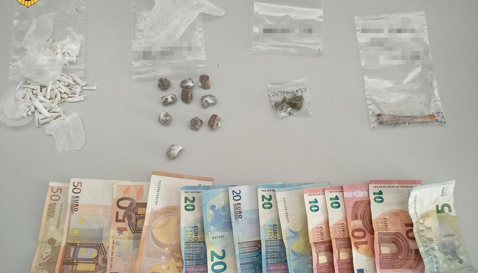 Els agents van intervenir drogues i diners en efectiu.