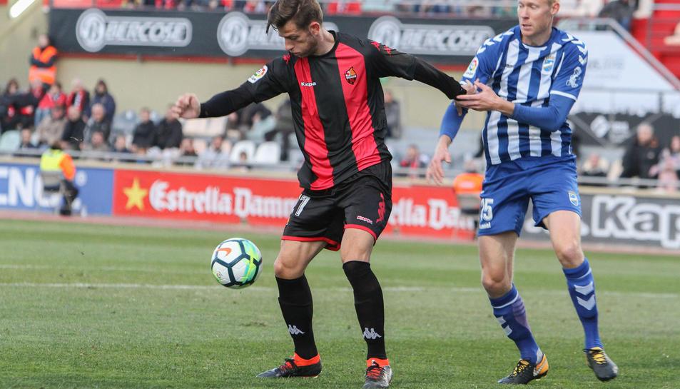 Máyor intenta desfer-se d'un rival durant el Reus-Lorca corresponent a la 26a jornada de Lliga.