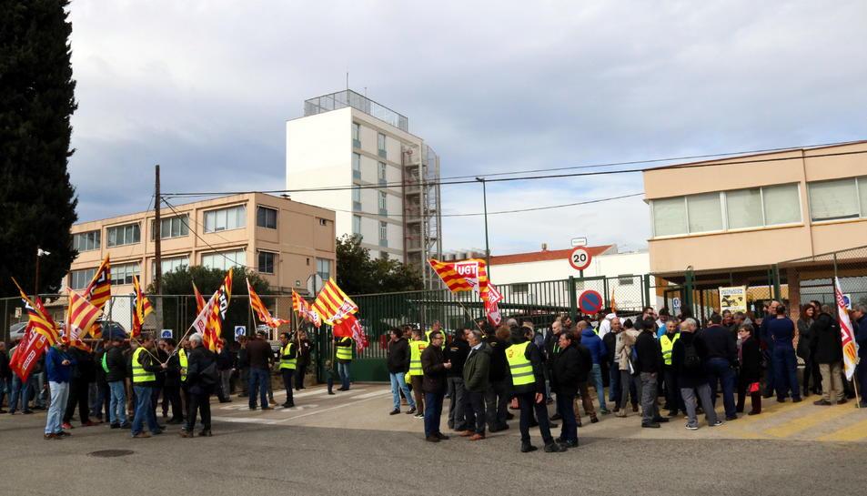 Un centenar de treballadors de Bic Iberia s'han concentrat a les portes de la fàbrica de Tarragona.