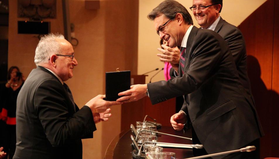 Josep Graset rebent la Medalla de Turisme de la Generalitat de mans d'Artur Mas.